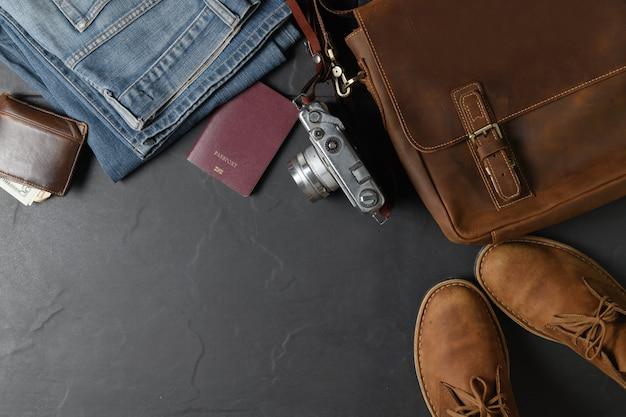 Accesorios para viaje - bolso vintage y zapato de piel.