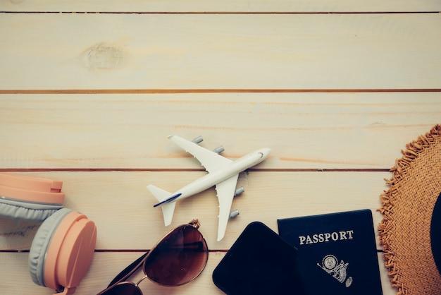 Accesorios de viaje, disfraces, pasaportes, equipaje, el costo de los mapas de viaje preparados para el viaje.