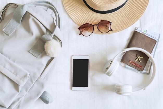 Accesorios de viaje de mujer viajera en dormitorio. haga las maletas para viajar, conceptos de viaje. vista superior.