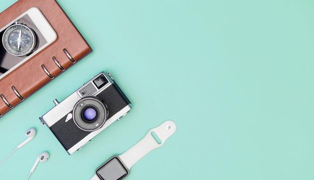 Accesorios de viaje objetos y gadgets vista superior flatlay en azul pastel