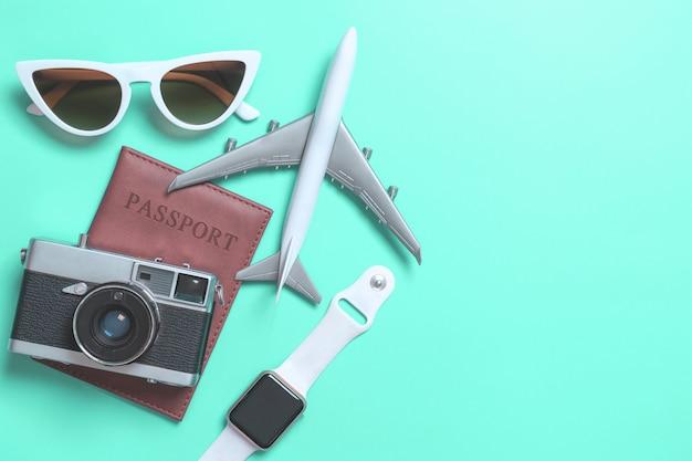 Accesorios de viaje objetos y gadgets vista superior plana en azul pastel