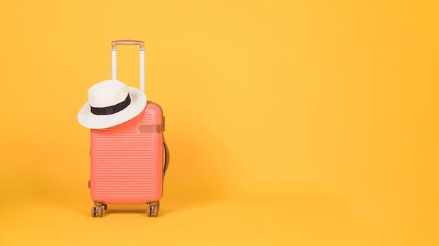 Accesorios de viaje sobre fondo amarillo