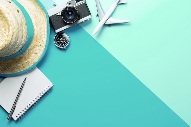 Accesorios de viaje de verano con brújula en el teléfono en el espacio de copia verde azul