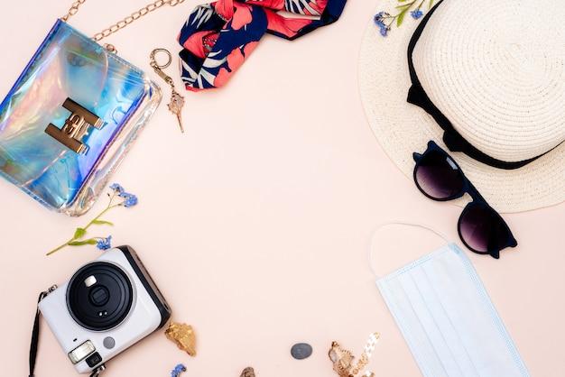 Accesorios de viaje de verano en una mesa de luz