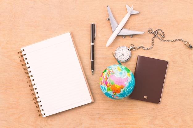Accesorios de viajero laicos planos sobre fondo de madera con espacio en blanco para texto. vista superior concepto de viaje o vacaciones. fondo de verano