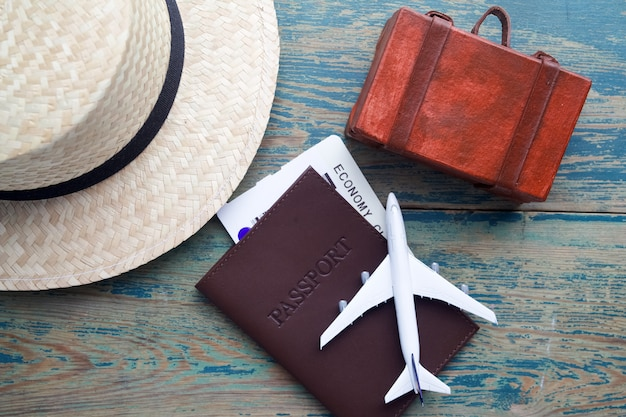Accesorios de viajero sobre fondo de madera azul, concepto de viaje