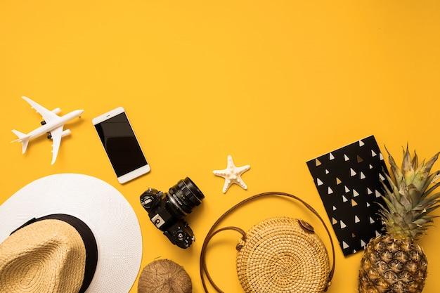 Accesorios de viajero de verano aplanados. sombrero de paja, cámara de película retro, bolsa de bambú.