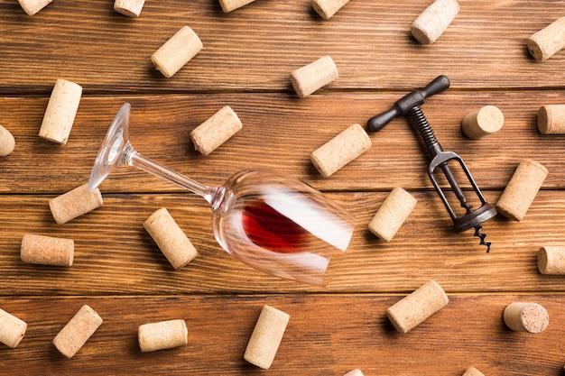 Accesorios de vino con fondo de corchos.