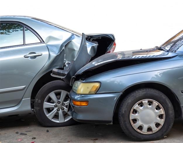 Accidente de accidente automovilístico en calle con naufragio y automóviles dañados.