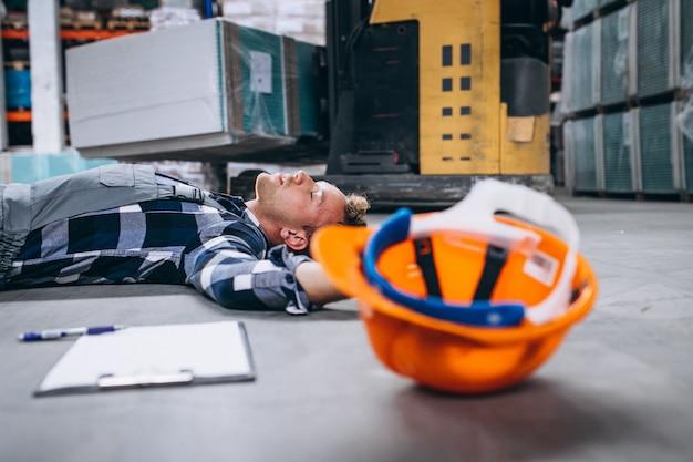 Un accidente en un almacén, hombre en el piso