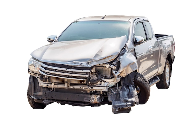 Accidente automovilístico aislado sobre fondo blanco.