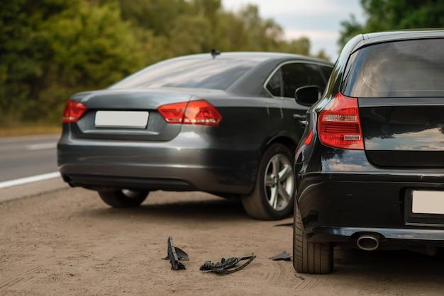 Accidente automovilístico en la carretera, accidente automovilístico, nadie. automóvil roto o vehículo dañado, colisión de automóviles en la carretera