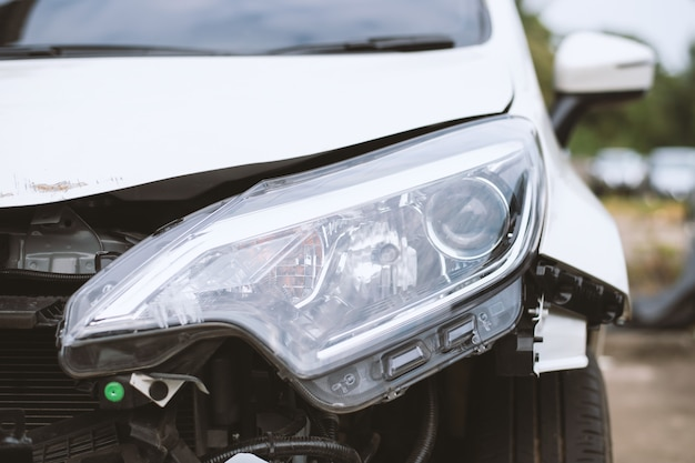 Accidente automovilístico dañado en la carretera