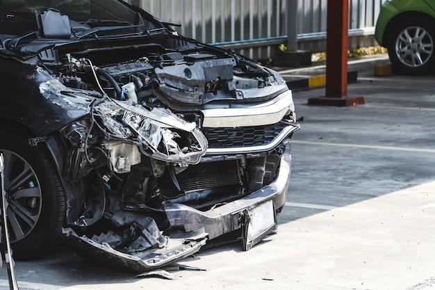 Accidente automovilístico en el estacionamiento con gran accidente dañado y roto. concepto de seguridad y accidente de coche.