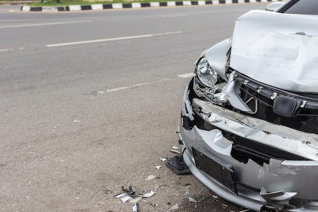 Accidente automovilístico moderno que implica dos coches en el camino en tailandia