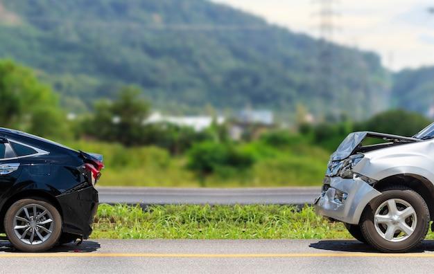Accidente automovilístico que involucra a dos autos en la carretera