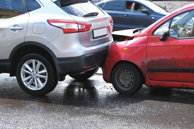 Un accidente en la calle, los coches se dañan después de una colisión en la ciudad.