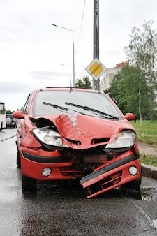 Accidente de carretera con accidente automovilístico rojo