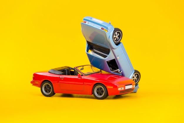 Accidente de coche accidente escena transporte y accidente concepto aislado en amarillo