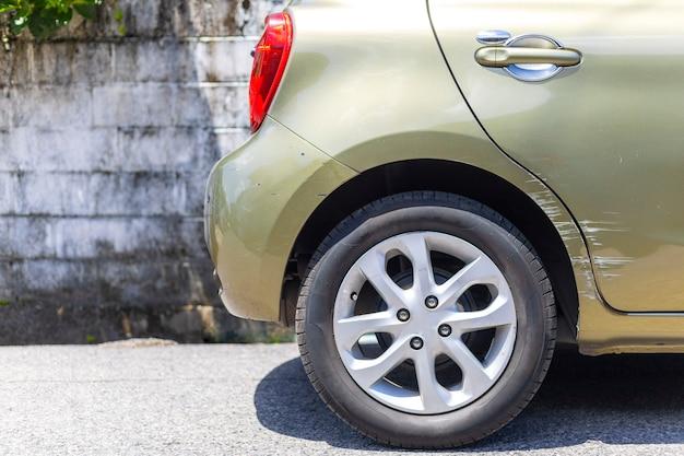 Accidente de coche. además del color verde oscuro, el coche tiene arañazos por daños en la carretera.