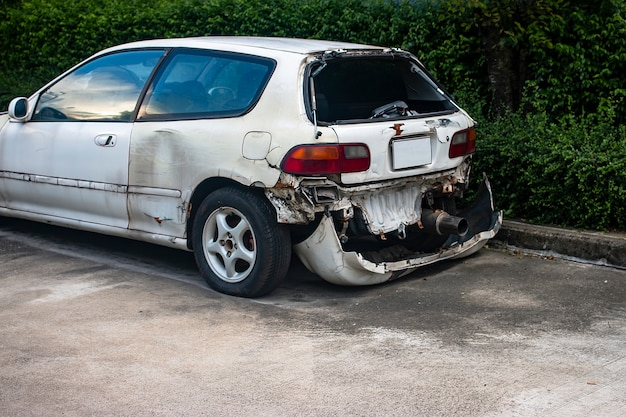 Accidente de coche blanco en el camino.