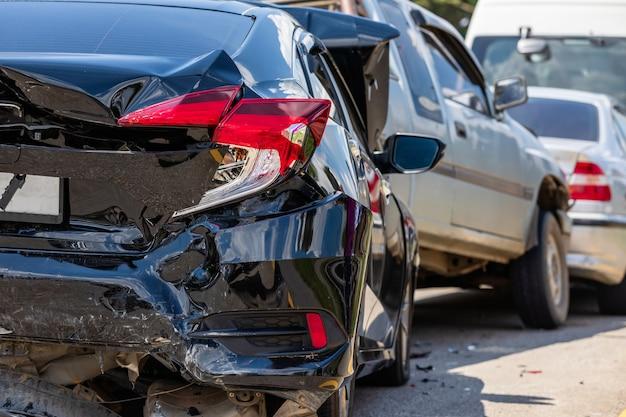 Accidente que involucra muchos autos en la carretera