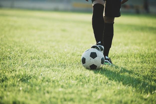 Acción de jugador de fútbol en el estadio