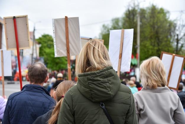 Acción de protesta silenciosa en bielorrusia, manifestación con carteles.