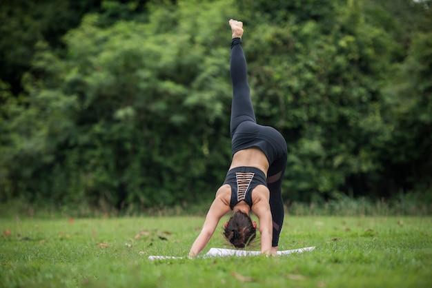 Acción de yoga ejercicio saludable en el parque.