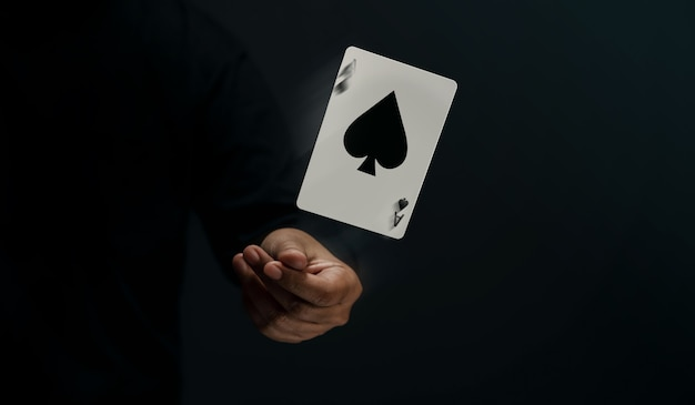 Ace spade playing card player o magician flick y levitating poker card a mano vista frontal