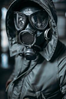 Acechador en máscara de gas, peligro de radiación