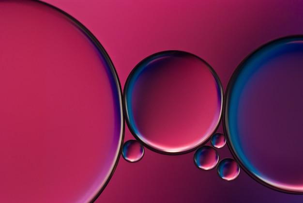 Aceite y agua. imagen abstracta gotas de aceite en el agua.