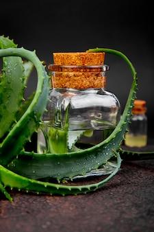 Aceite de aloe vera en botella de vidrio y toalla para spa