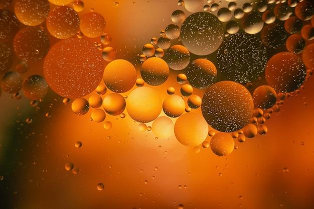 Aceite con burbujas en un fondo colorido. fondo abstracto. enfoque selectivo suave
