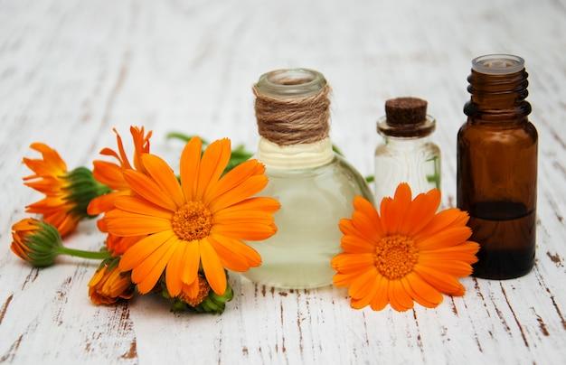 El aceite de caléndula en unas botellas de vidrio