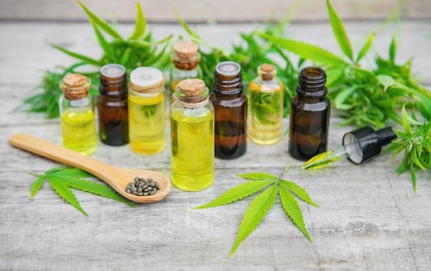 Aceite de cannabis en una botella pequeña.