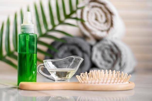 Aceite y cepillo para el cuidado del cabello.