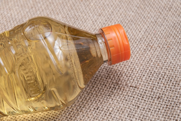 Aceite de cocina sobre el fondo de yute marrón