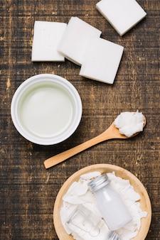 Aceite de coco con barras de jabón brillante vista superior