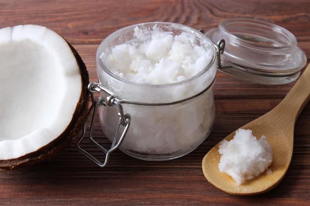 Aceite de coco y cocos, ramas de palma de cerca. foto de alta calidad