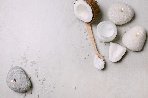 Aceite de coco, velas y toallas