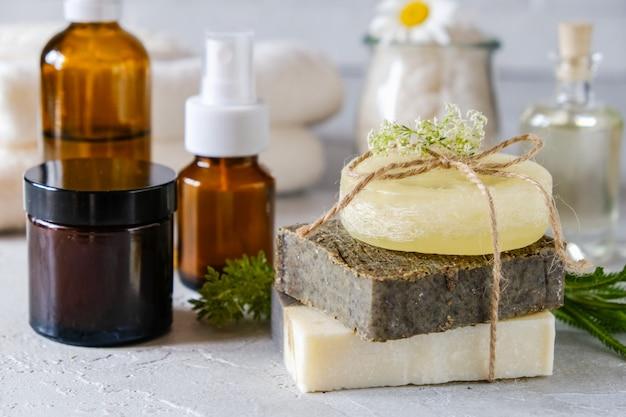 Aceite cosmético natural y jabón natural hecho a mano con esponja vegetal. cuidado saludable de la piel. concepto spa
