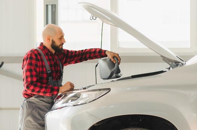 El aceite es reemplazado en el motor de un automóvil por un mecánico calificado.