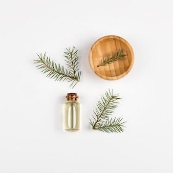 Aceite esencial de árbol de pieles en botella de vidrio. la vista desde la cima. fondo blanco.