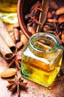 Aceite esencial de canela en botella.