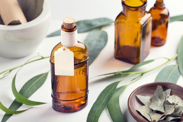 Aceite esencial de eucalipto en frasco de vidrio con etiqueta