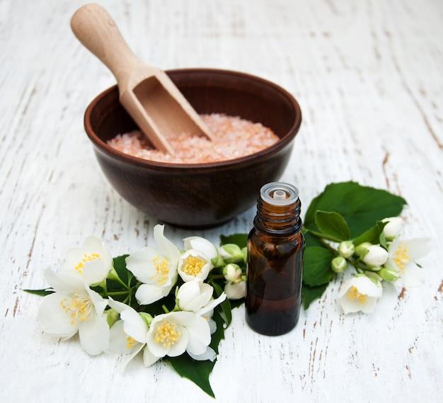 Aceite esencial con flor de jazmín.
