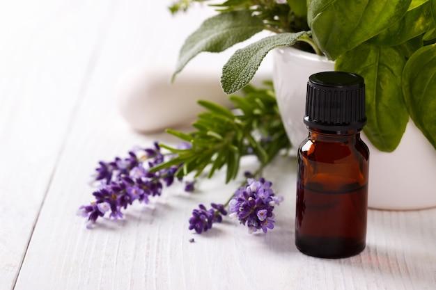 Aceite esencial y flores de lavanda.