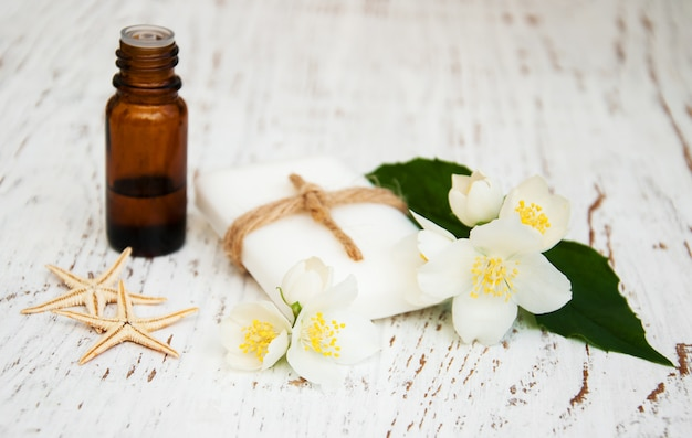 Aceite esencial y jabón con flor de jazmín.