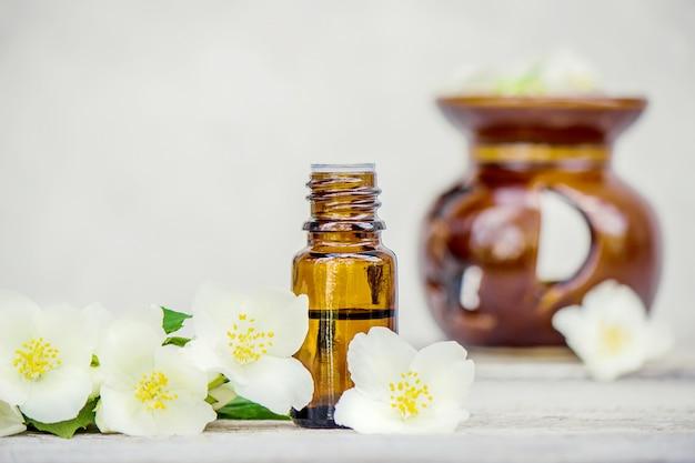 Aceite esencial de jazmín. enfoque selectivo aroma a la naturaleza.